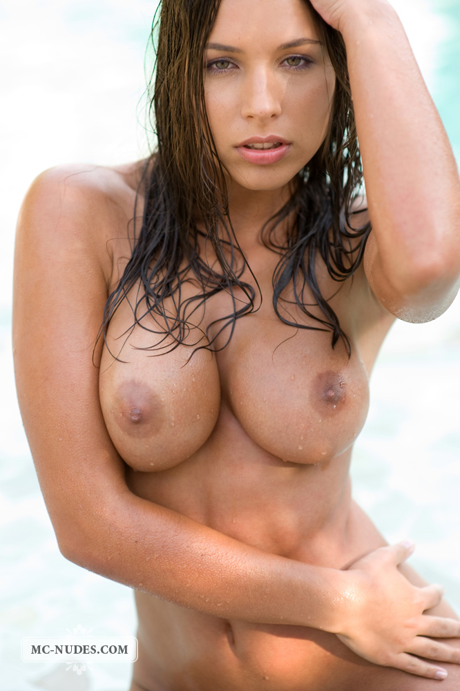 zafira-in-the-pool-09