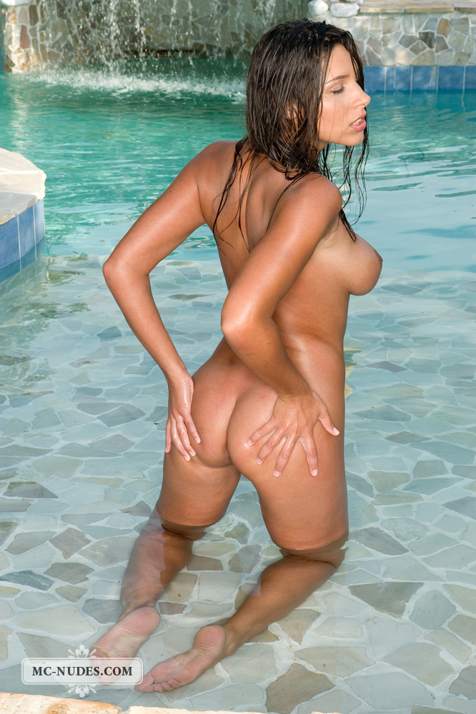 zafira-in-the-pool-10