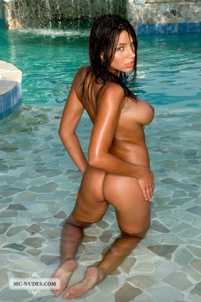 zafira-in-the-pool-11