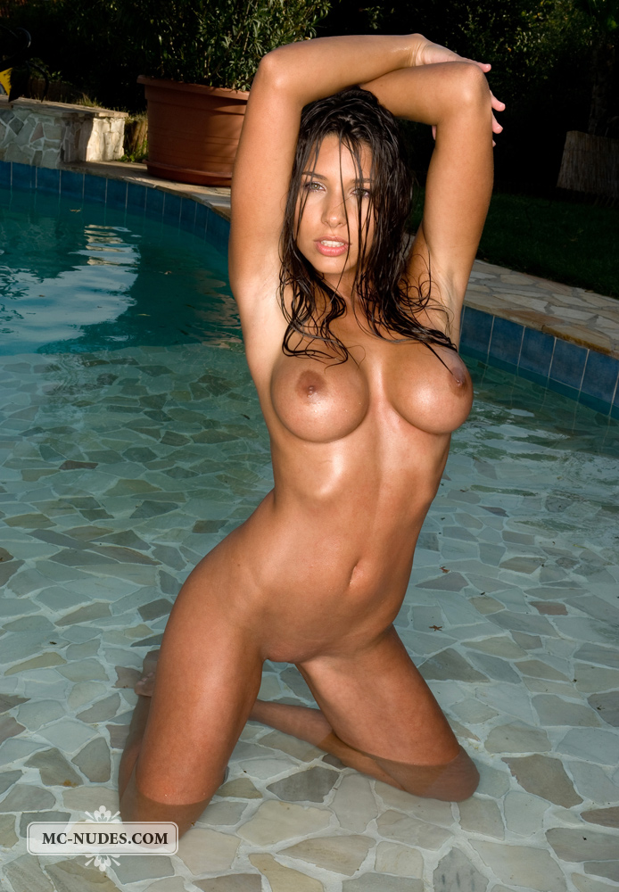 zafira-in-the-pool-12
