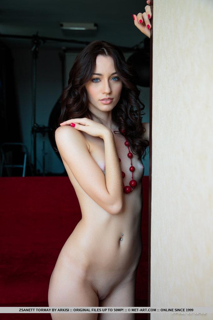 zsanett-tormay-couch-nude-metart-02