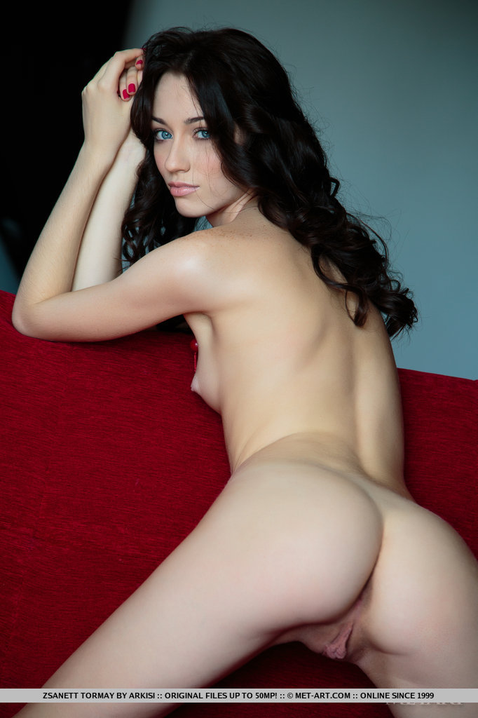 zsanett-tormay-couch-nude-metart-13