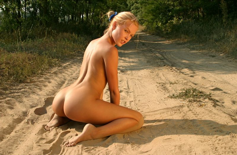 Blondie on dirt road