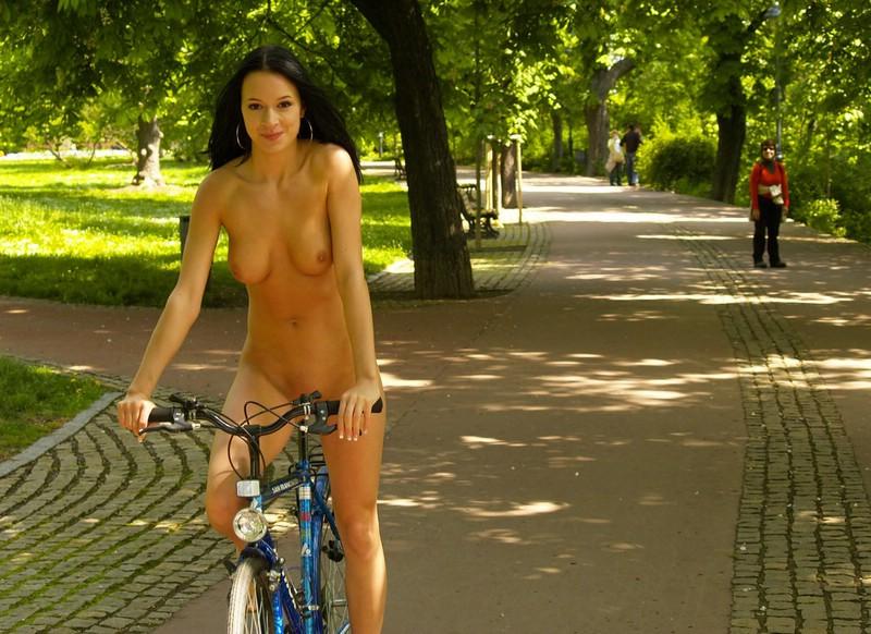 Gwen nude in public