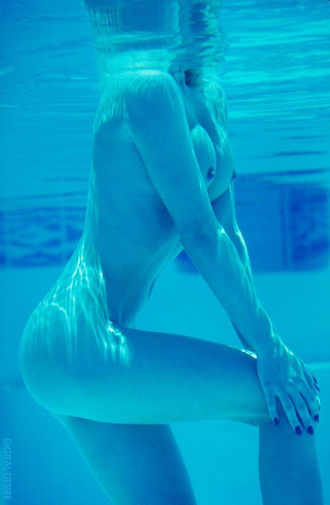 Blondie in the pool