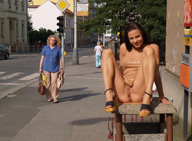девушки без трусов на улице порно