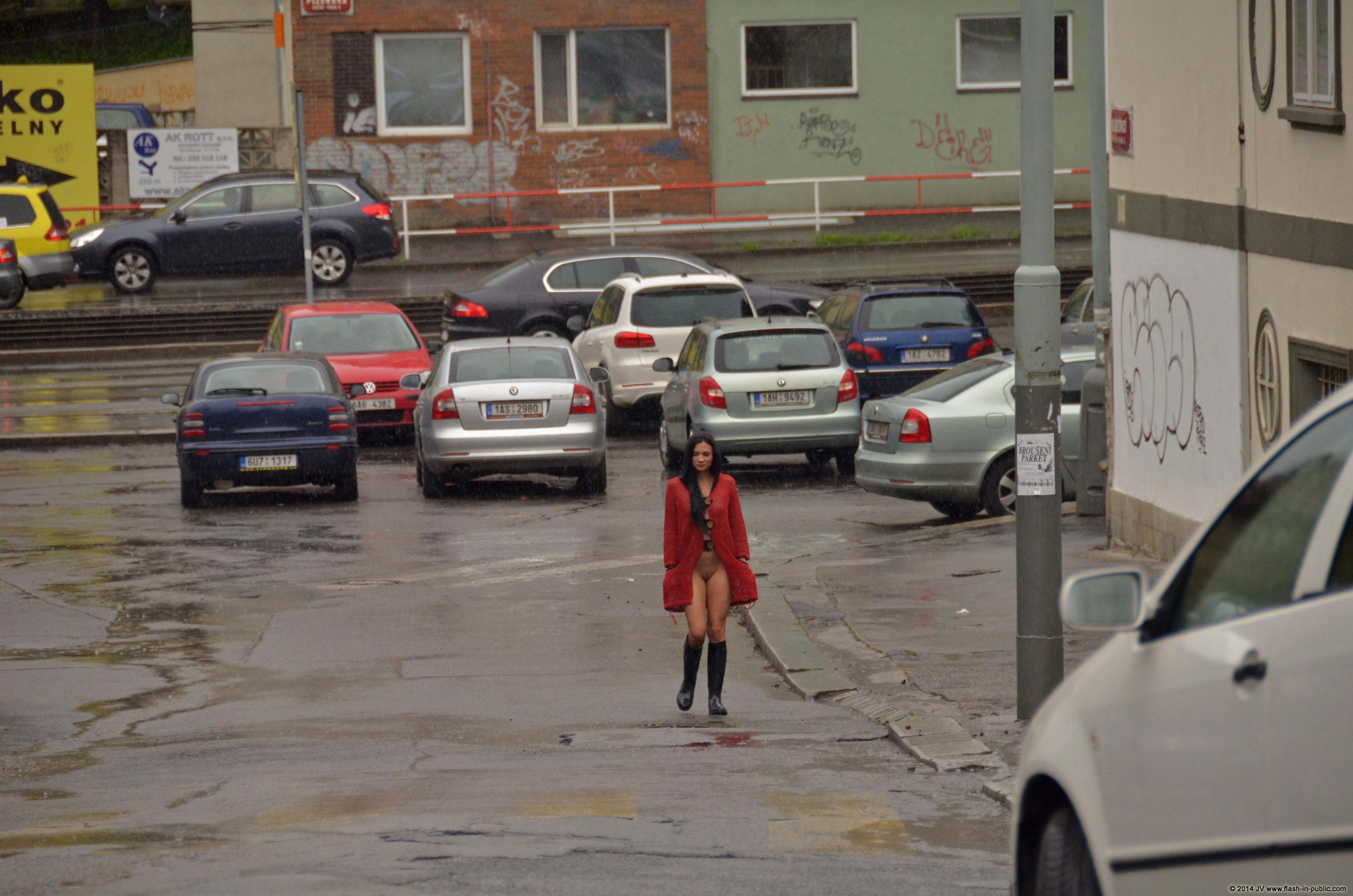 adela-brunette-nude-rain-wet-flash-in-public-07