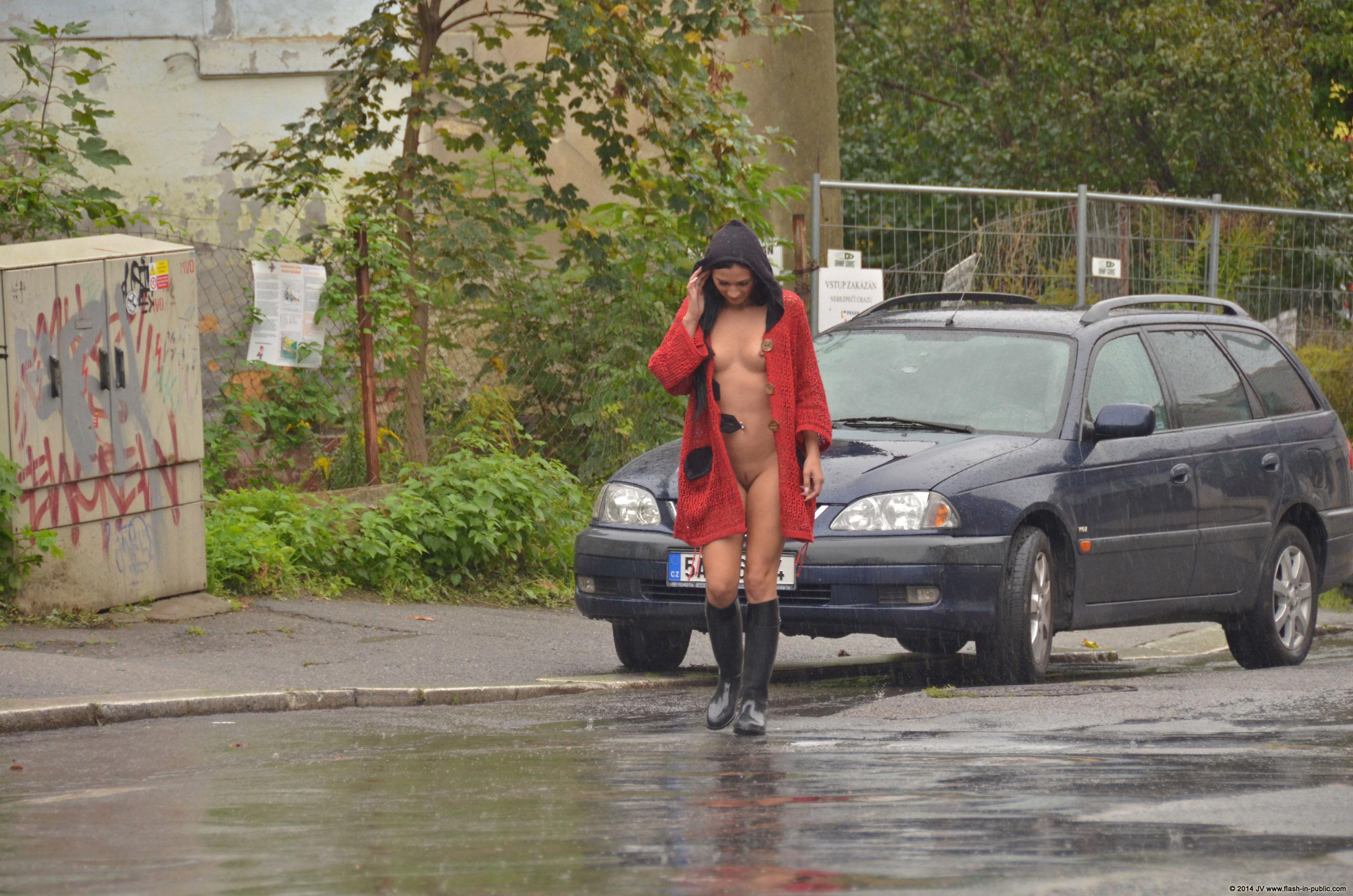 adela-brunette-nude-rain-wet-flash-in-public-15