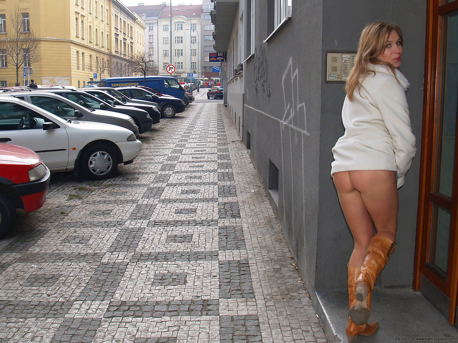 alena-n-jeans-skirt-nude-in-prague-flash-in-public-25