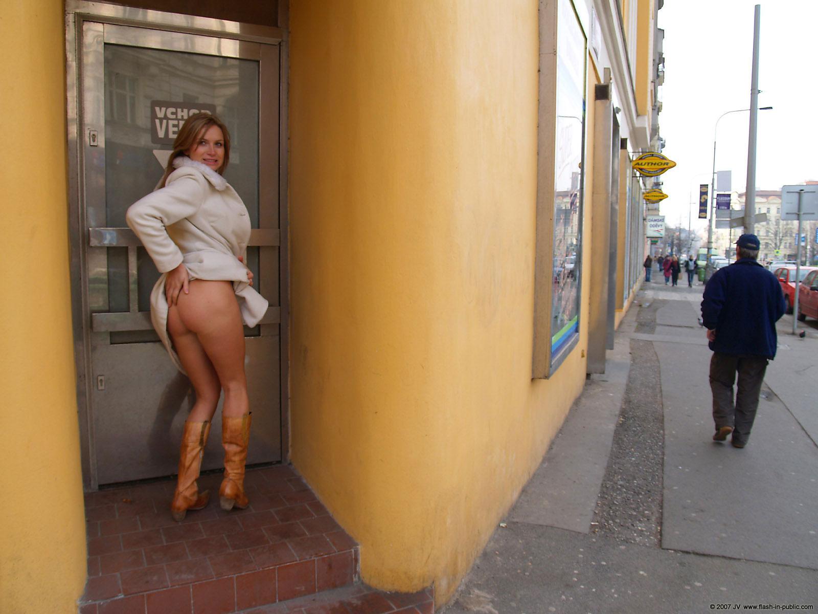 alena-n-jeans-skirt-nude-in-prague-flash-in-public-31