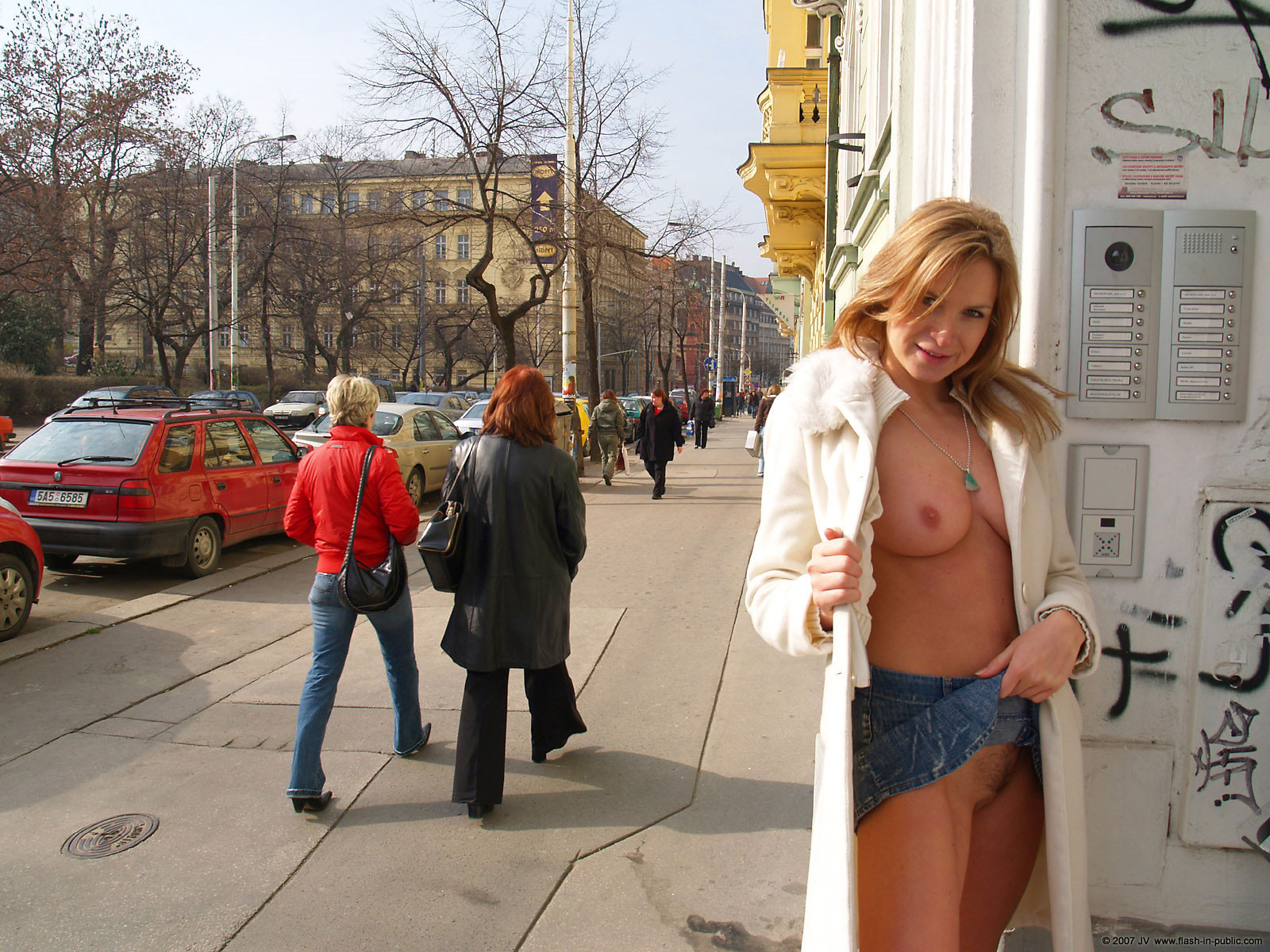 alena-n-jeans-skirt-nude-in-prague-flash-in-public-45