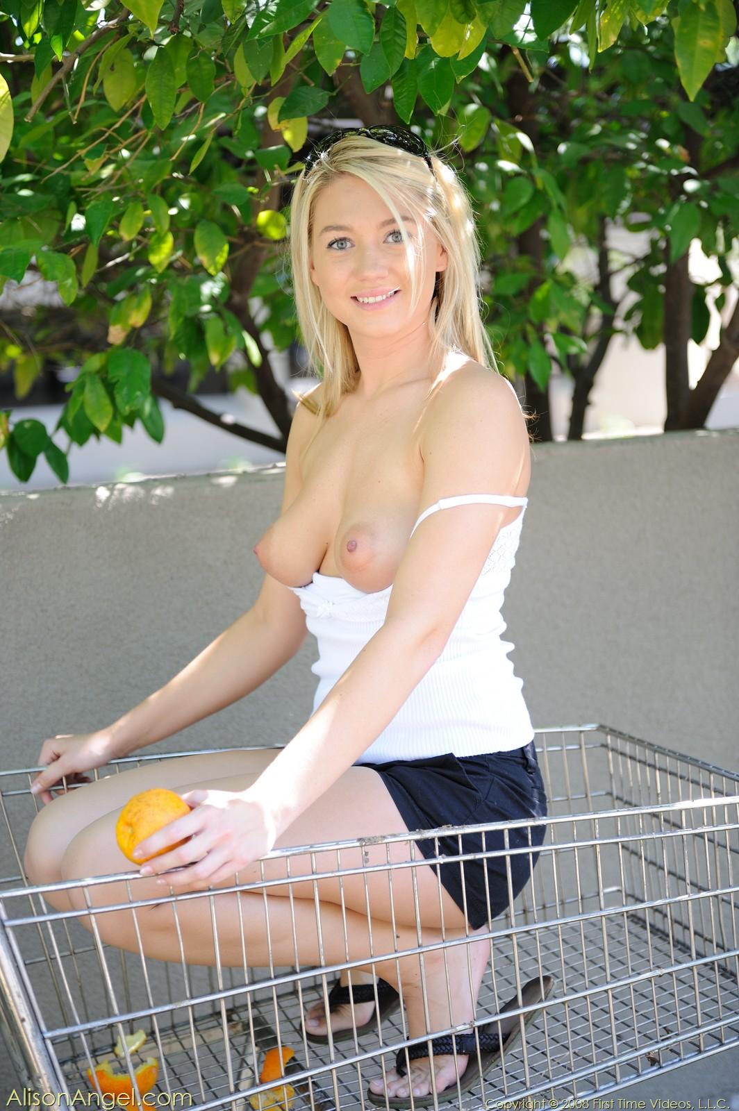 alison-angel-shopping-cart-oranges-blnde-naked-in-public-01
