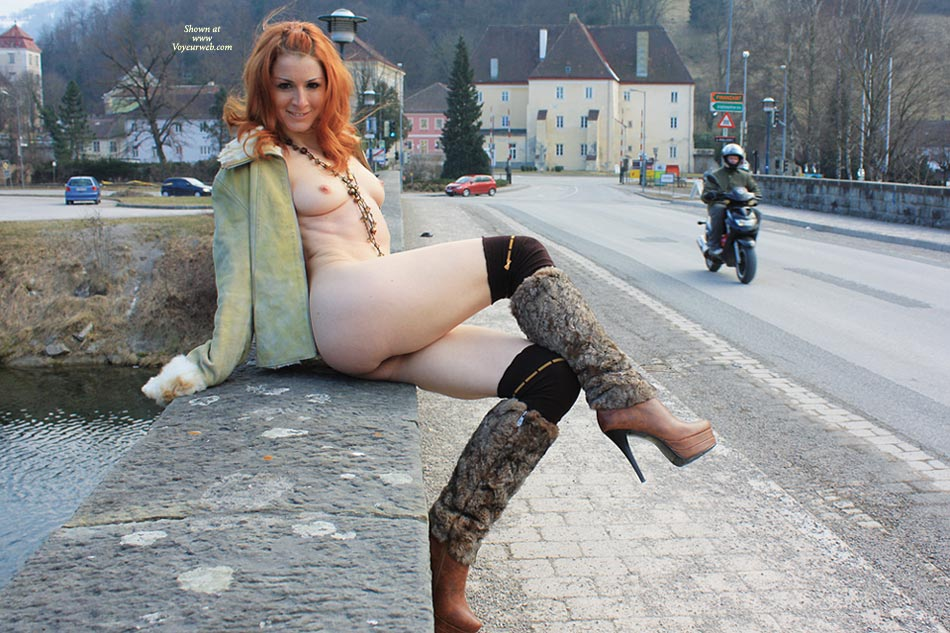 amateur-redhead-nude-in-public-01