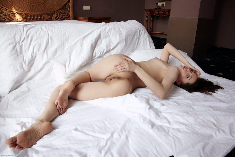 naughty-girl-in-bedroom-nude