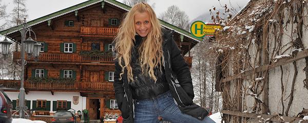 Anna Safina – Winter flash in public