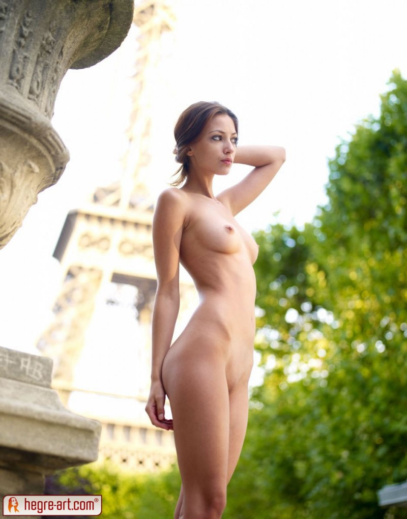 naked hot eiffel tower