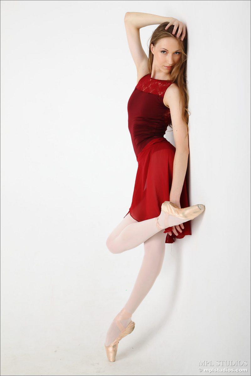 naked flexible white girl