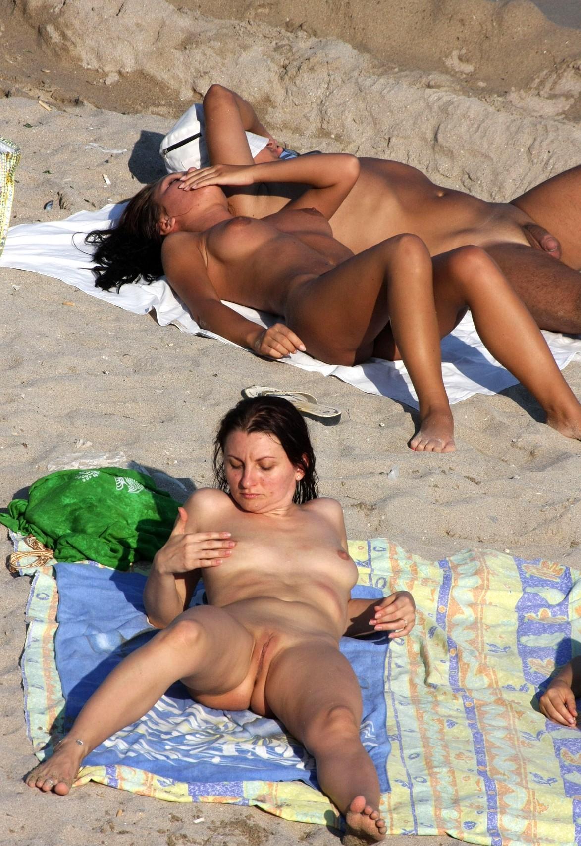 nudists-girls-boobs-beach-topless-mix-vol7-37