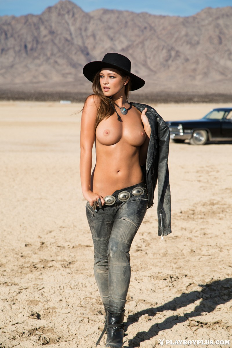 woman naked in the desert