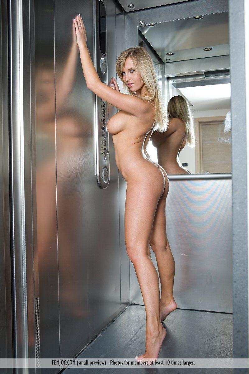 полуголая девушка устроила стриптиз в лифте видео - 6