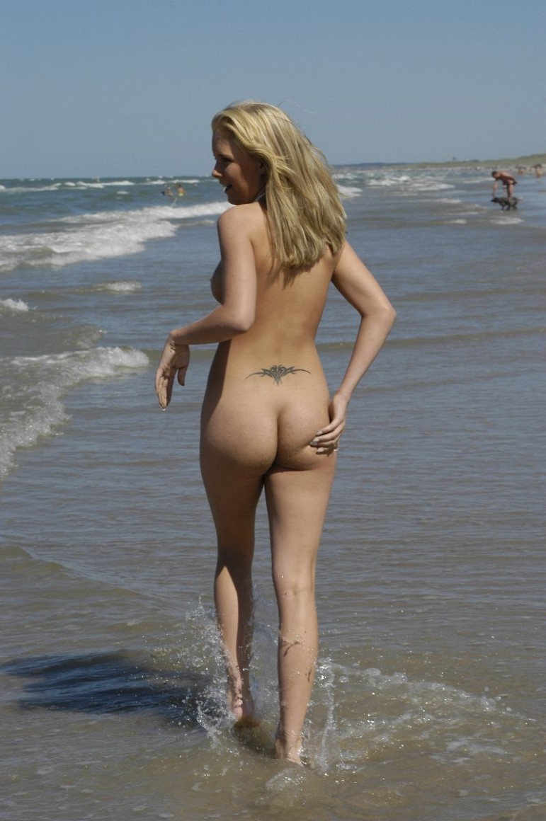 Douloureux Nude blondes on the beach