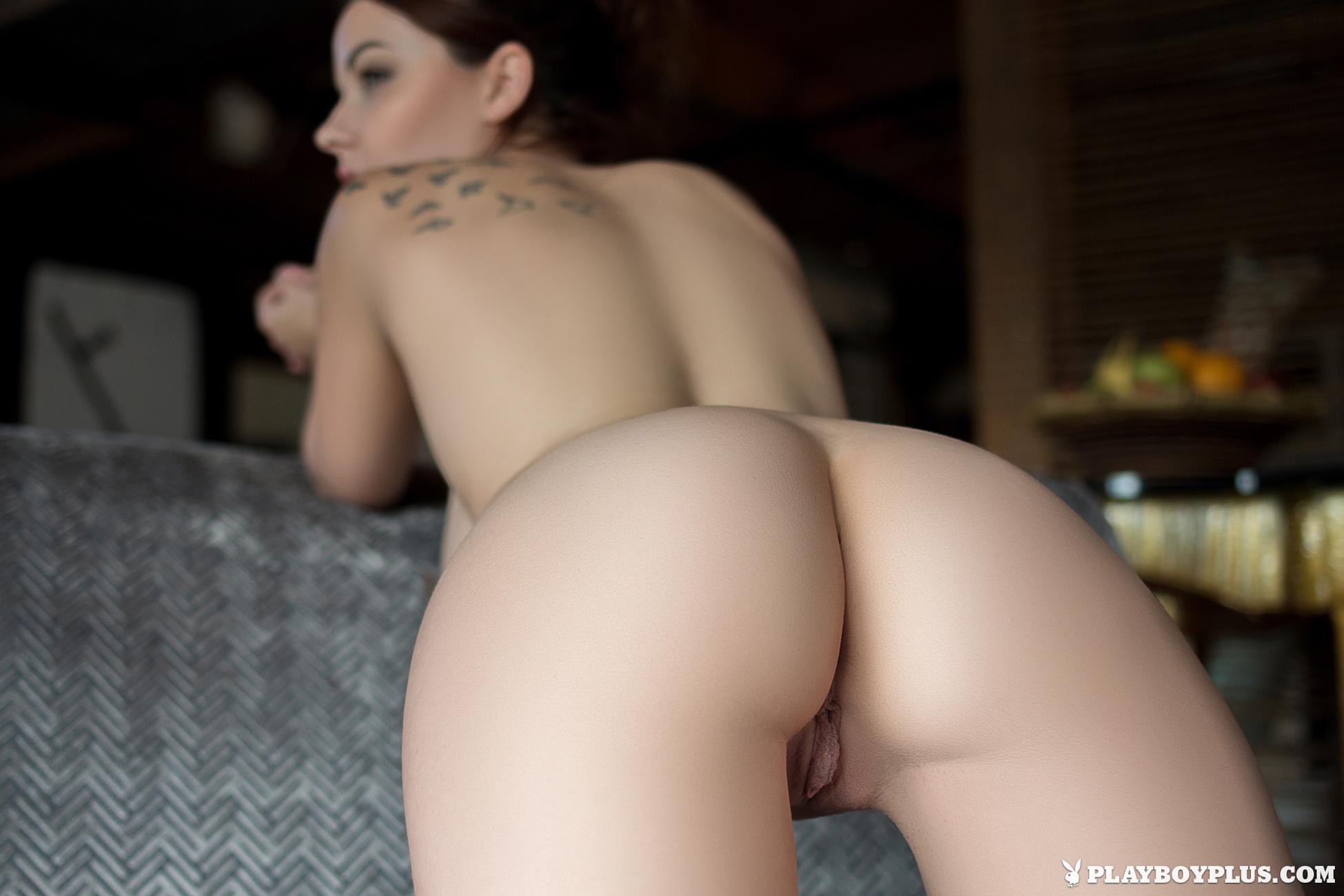 elizabeth-marxs-boobs-sofa-naked-playboy-24