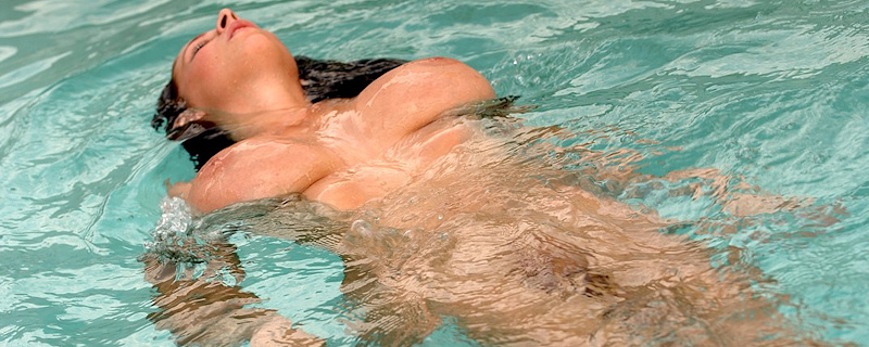 Gianna Michaels in the pool