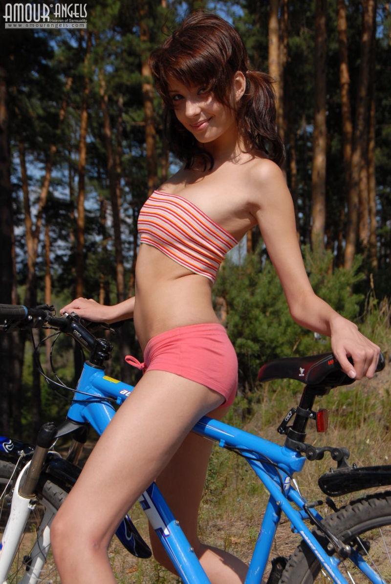 girl-nude-on-bike-vol3-03