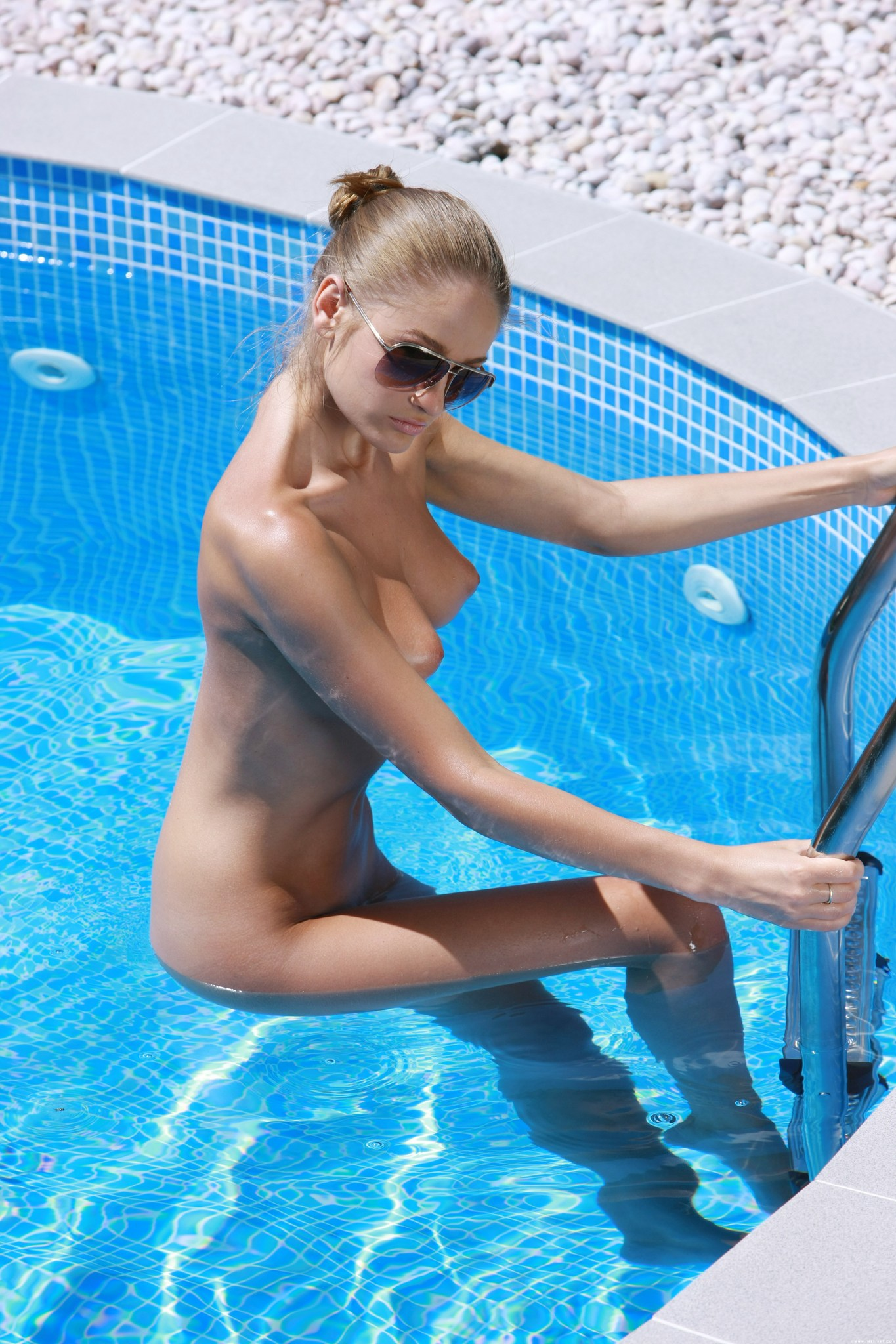girls-nude-in-pool-wet-photo-mix-vol6-45