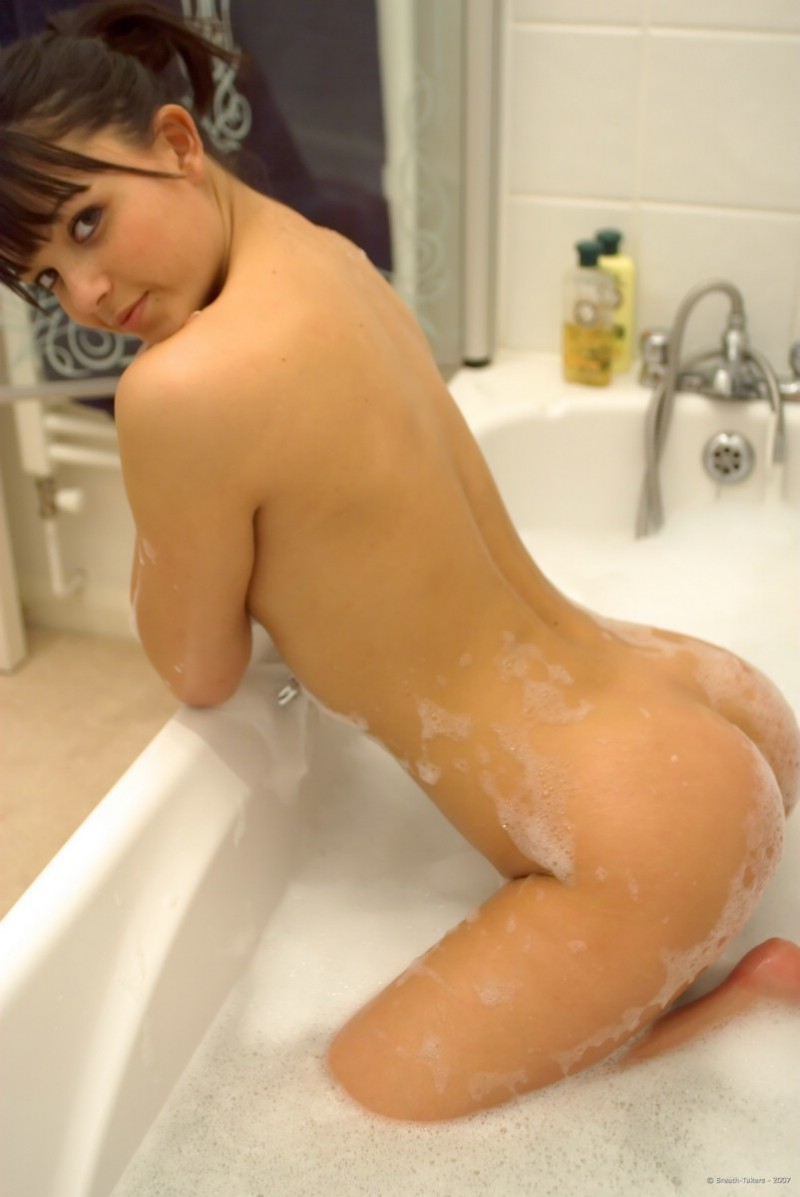 woman-nude-in-bath