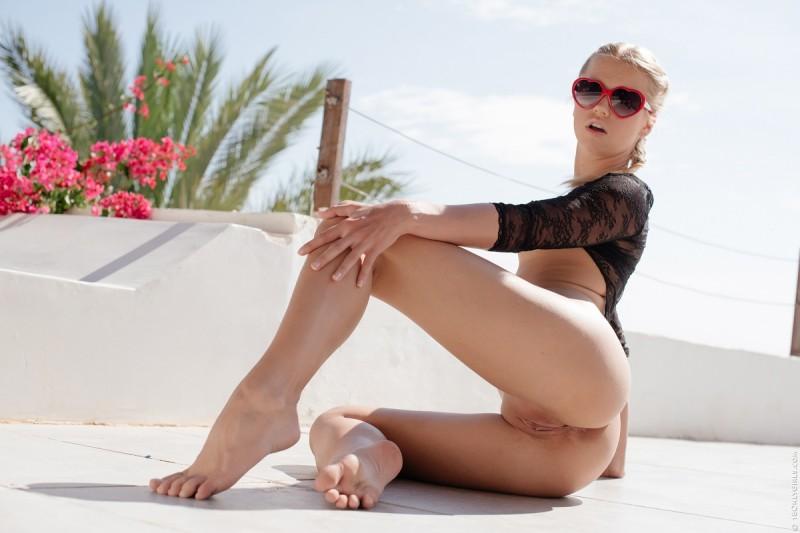Naken Jente Med Solbriller