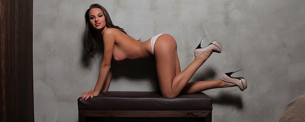 Gloria nude in high heels