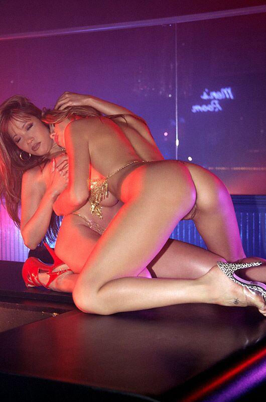 сексуальные девушки танцуют стриптиз и целуются сразу приметил