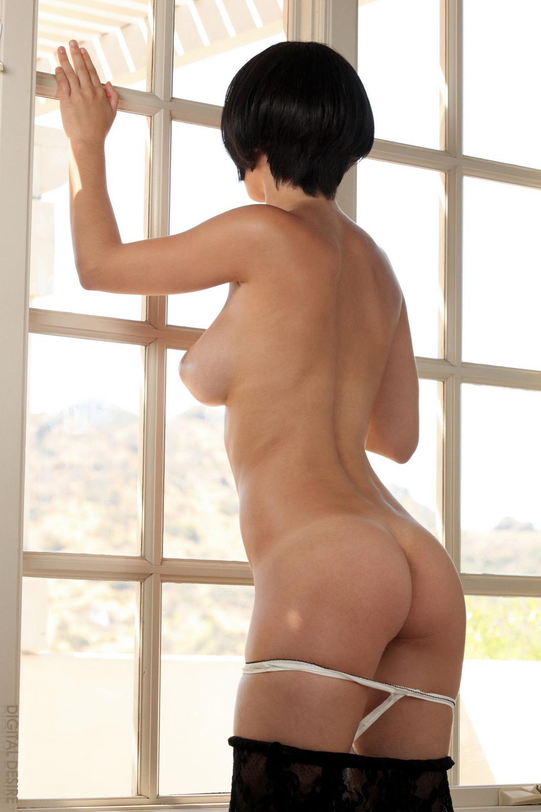 Брюнетка каре с голой попой фото