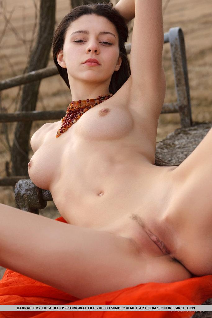 Hannah  Naked Outdoors - Redbust-9375