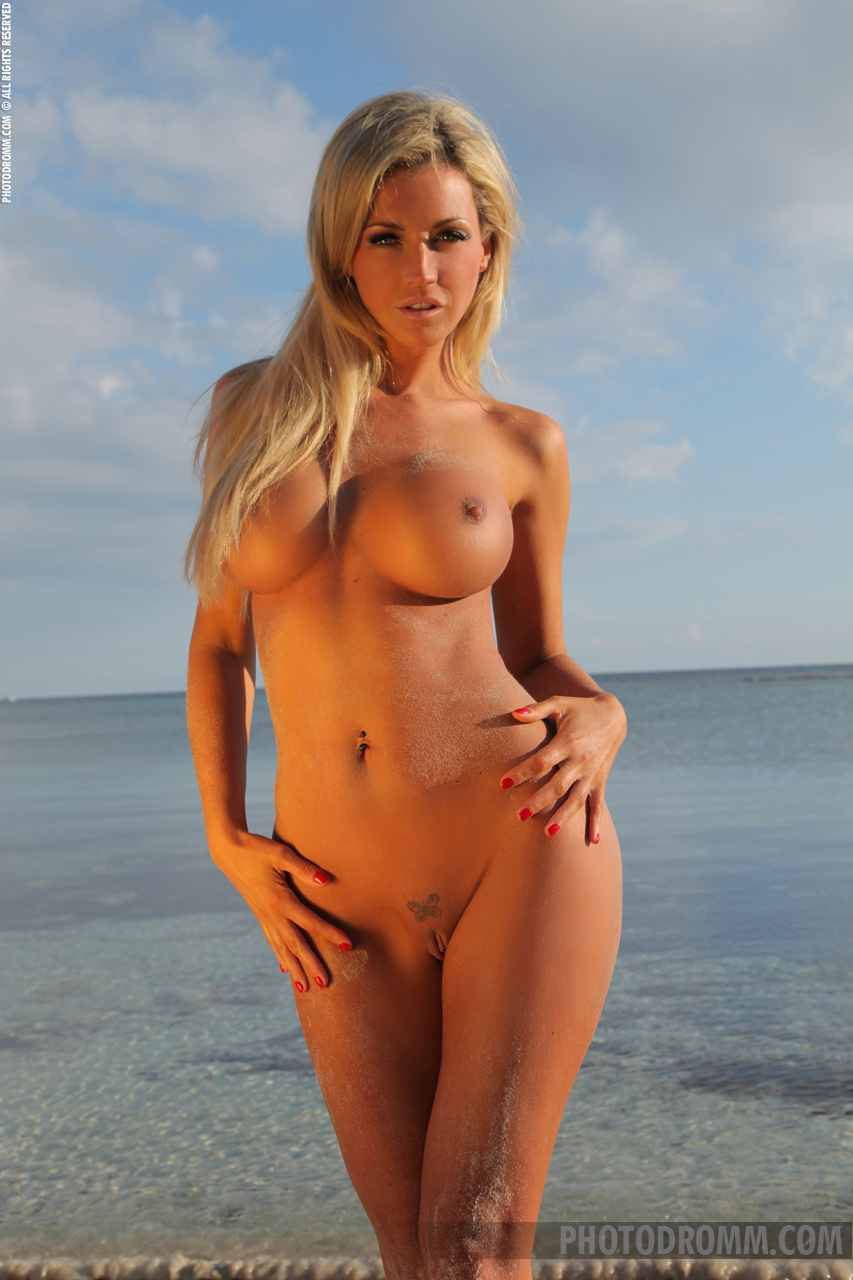 holly-henderson-tits-seaside-naked-sunglasses-photodromm-07