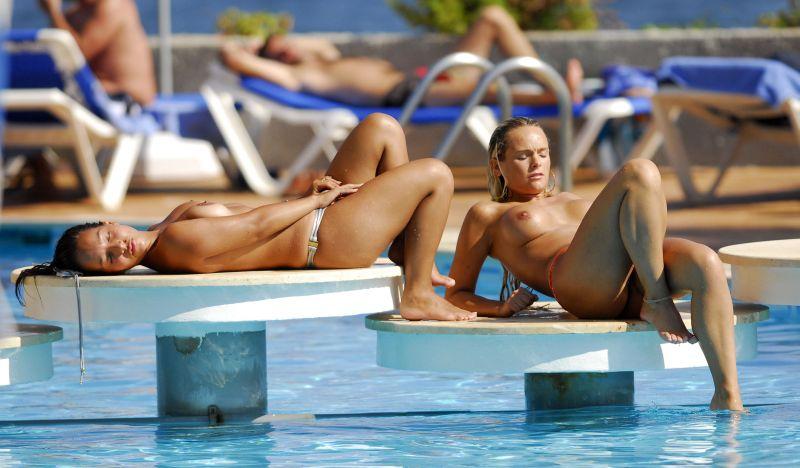 Романтический секса фотка топлесс в бассейне ласкать свою киску