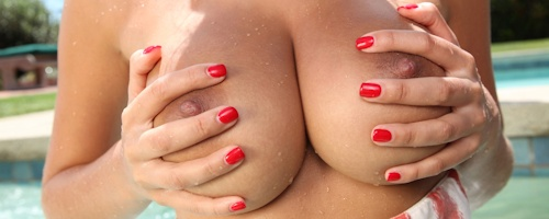 Holly Peers – Wet boobs