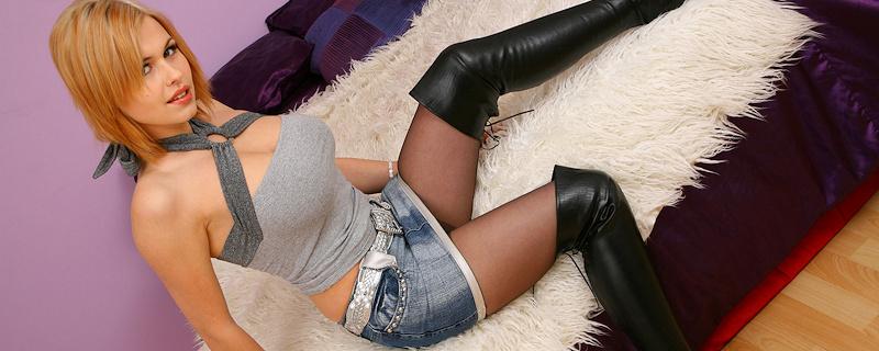 Iga Wyrwal – Tights & denim mini skirt