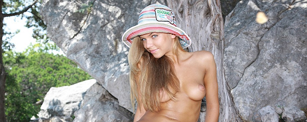 Inga in beach hat