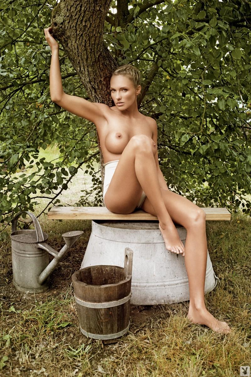 Голые в деревне  фото деревенских голых девушек