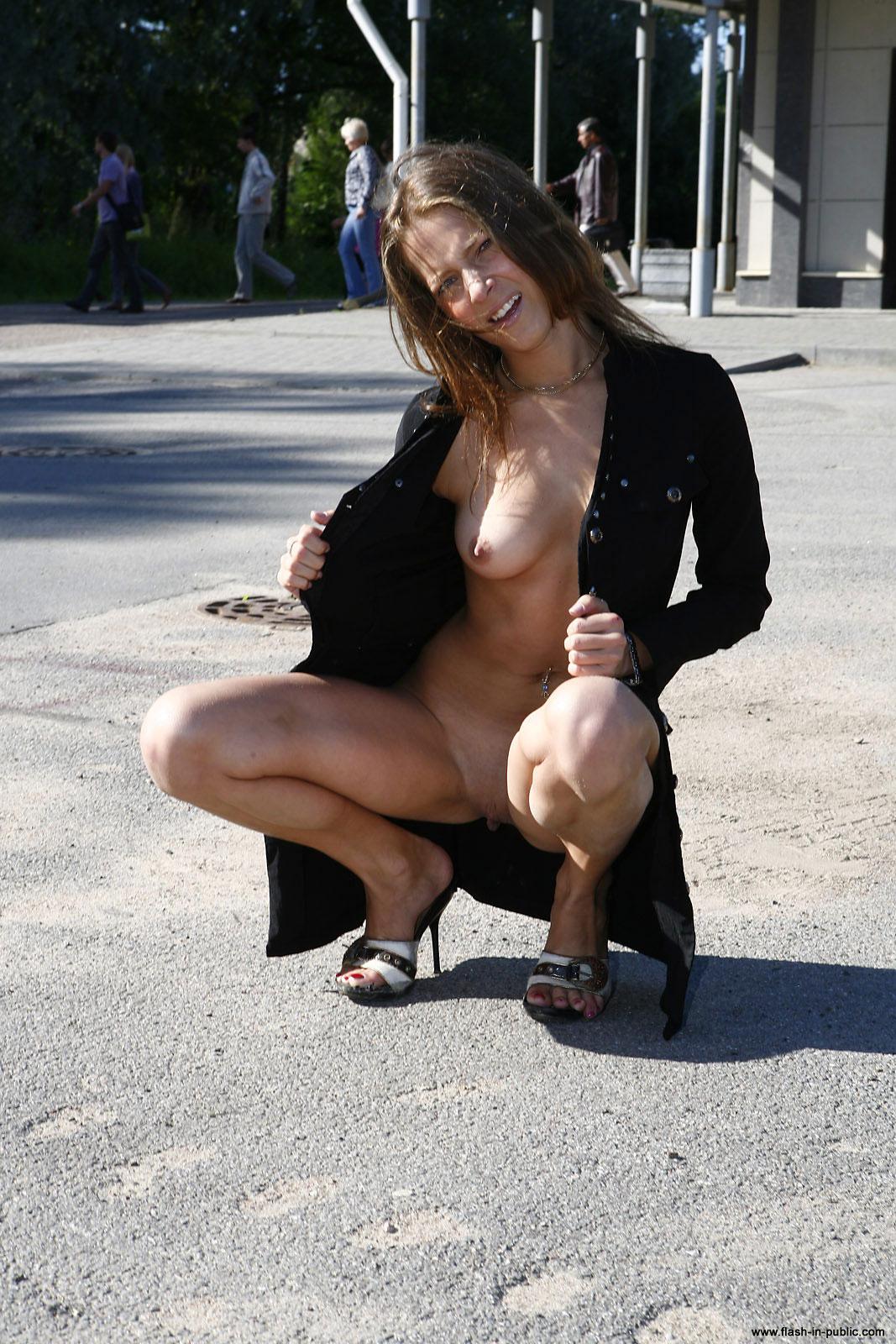 yanina-m-nude-walk-around-the-town-flash-in-public-12