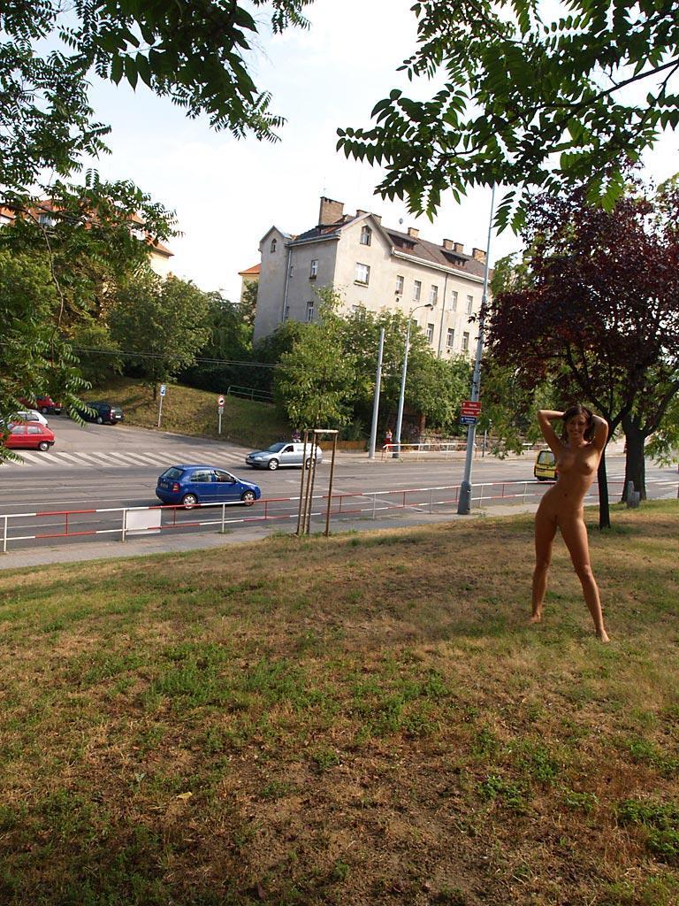 jirina-k-park-prague-naked-in-public-06