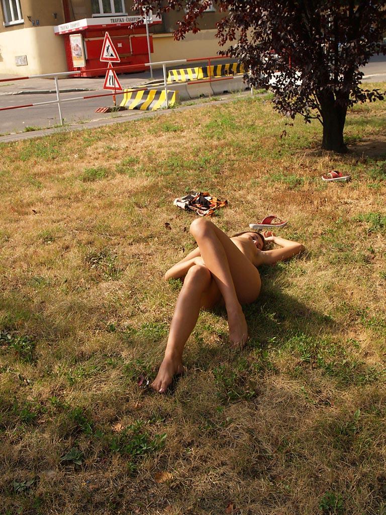 jirina-k-park-prague-naked-in-public-13