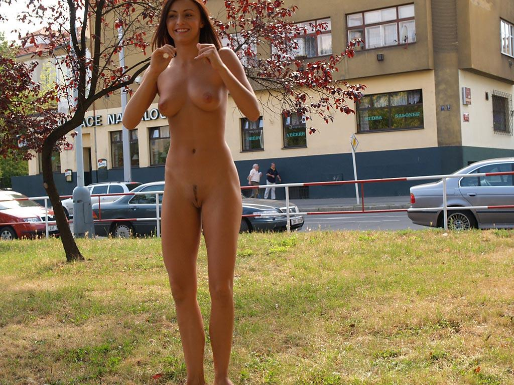 jirina-k-park-prague-naked-in-public-16