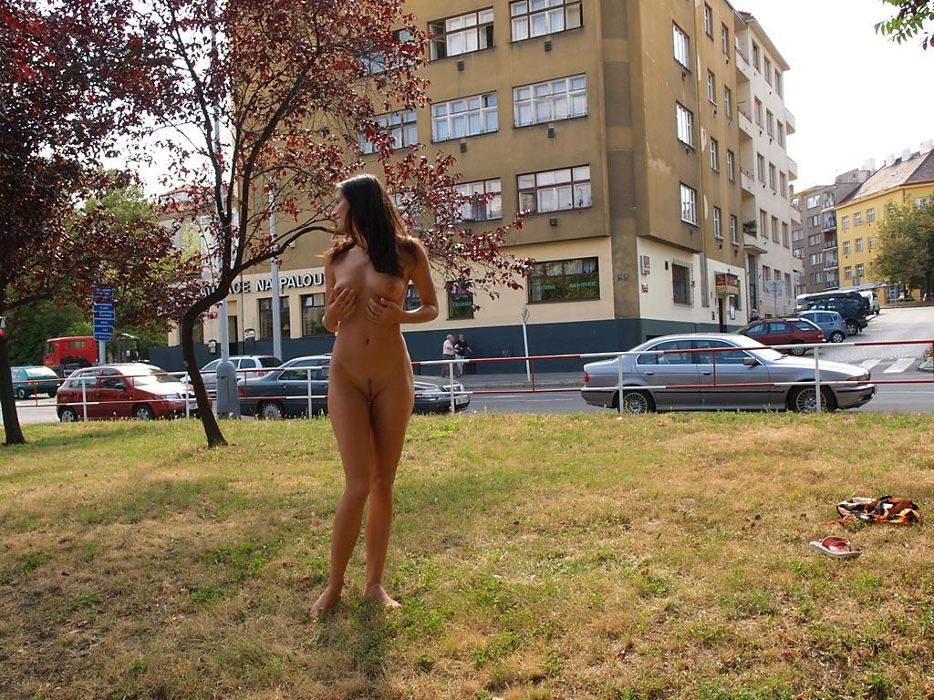 jirina-k-park-prague-naked-in-public-17