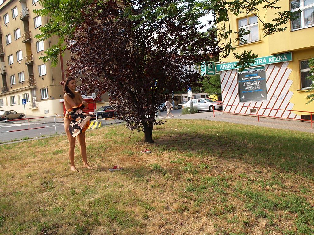 jirina-k-park-prague-naked-in-public-18