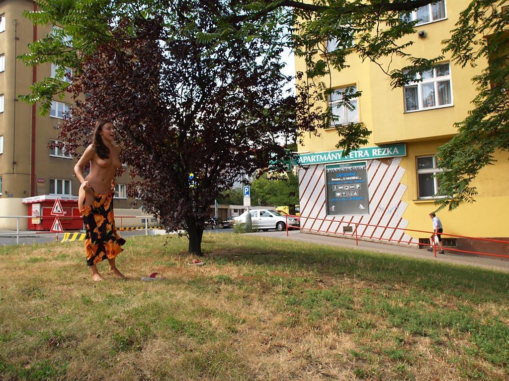 jirina-k-park-prague-naked-in-public-19
