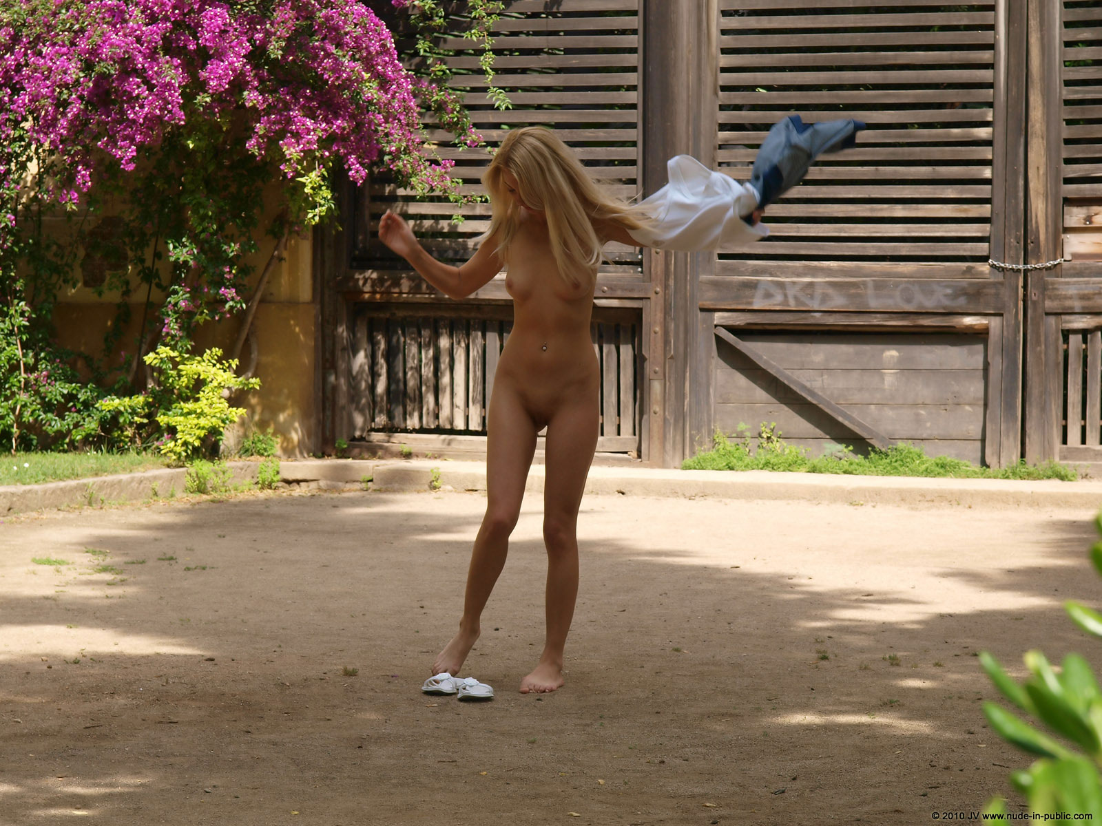judita-blonde-naked-in-park-barcelona-public-02