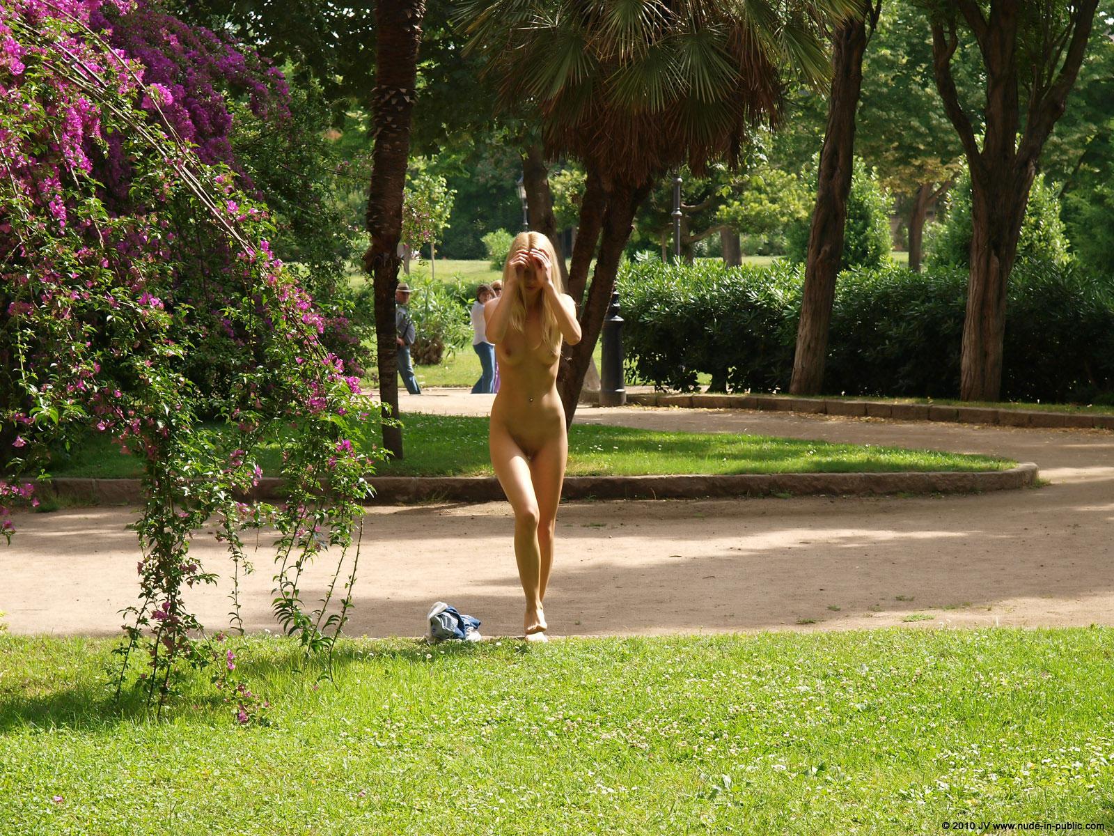 judita-blonde-naked-in-park-barcelona-public-10